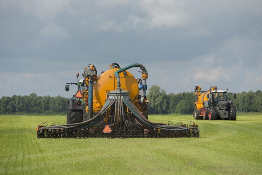 Uitrijden van mest: Natuurbeschermingswetvergunning nodig?