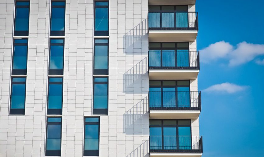 Afdeling bevestigt expliciet nieuwe koers bij beoordeling belanghebbendheid aanvrager omgevingsvergunning bouw