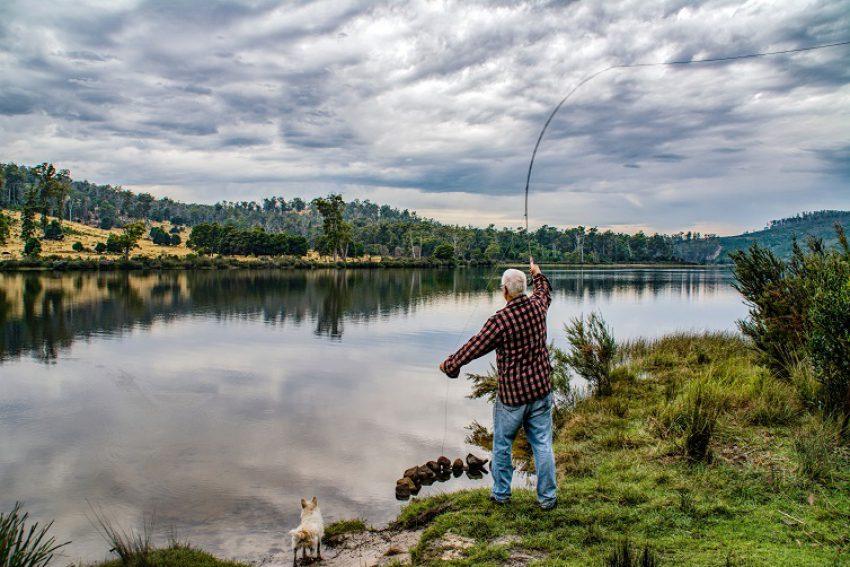 Beroepsvissers uit Terwolde vissen achter het net