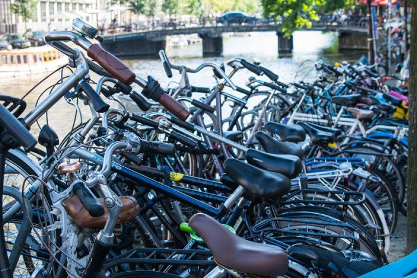 Last onder bestuursdwang. Aanbrengen van sticker op fiets is bekendmaking op andere geschikte wijze. Verschoonbare termijnoverschrijding. (AB 2020/74)