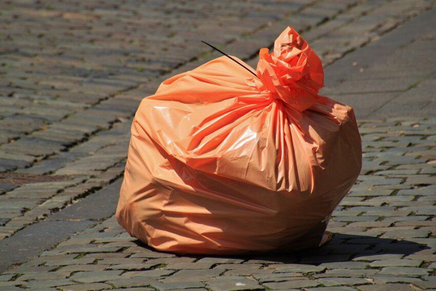 Vuilniszakkenproblematiek. Geloofwaardige verklaring appellante waardoor aannemelijk is dat zij niet degene is geweest die de afvalstoffen verkeerd heeft aangeboden. (BR 2021/51)