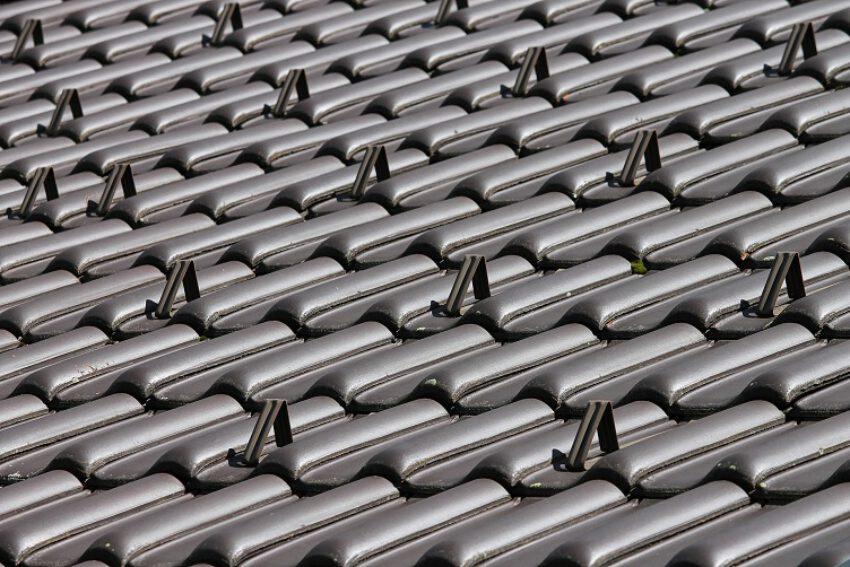 Welstandsexces. College is op grond van de Woningwet bevoegd tot handhavend optreden tegen antracietgrijze dakpannen op woning. (BR 2021/61)